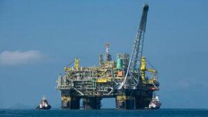 Petrobras cai; Senado e Câmara pedem suspensão da venda de refinarias