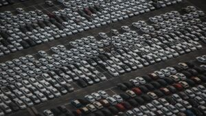 BTG: estoques em baixa e falta de semicondutores são entraves para retomada da produção de veículos