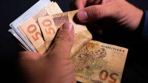 Bolsonaro sanciona lei que aumenta em 5% limite de crédito consignado