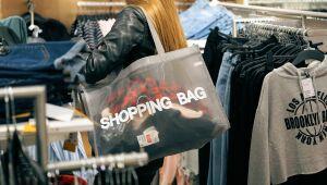 25% dos brasileiros admitem que fazem compras escondido do parceiro, diz fintech Onze