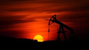 Petróleo cai com realização de lucros após semana forte