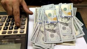 Risco fiscal anula queda do dólar apesar de otimismo externo