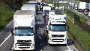 Caminhoneiros paralisam bases de abastecimento de combustíveis em Campos Elísios, no Rio de Janeiro