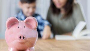 Cofrinho, mesada, carteira de investimentos. Que tal inovar no presente do Dia das Crianças?