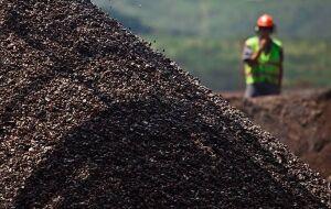 Empresas podem surfar novo boom de commodities, mas investidores devem ter cautela, diz analista