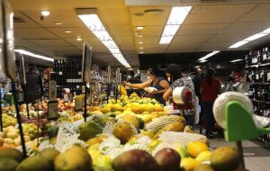 CNC: intenção de consumo das famílias volta a cair em abril