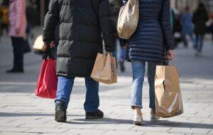 Consumidores carregam sacolas com compras em rua de Munique, Alemanha, em 08/03/2021