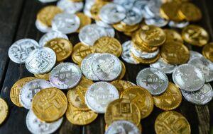 Criptos hoje: Bitcoin se recupera e avança 3,2% nas últimas horas; Dogecoin dispara em 19% na semana