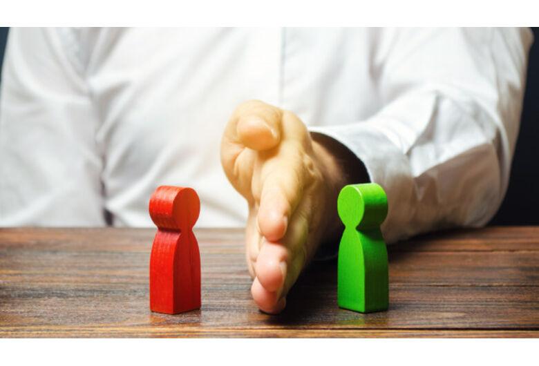 Como o assessor de investimentos evita o conflito de interesses?