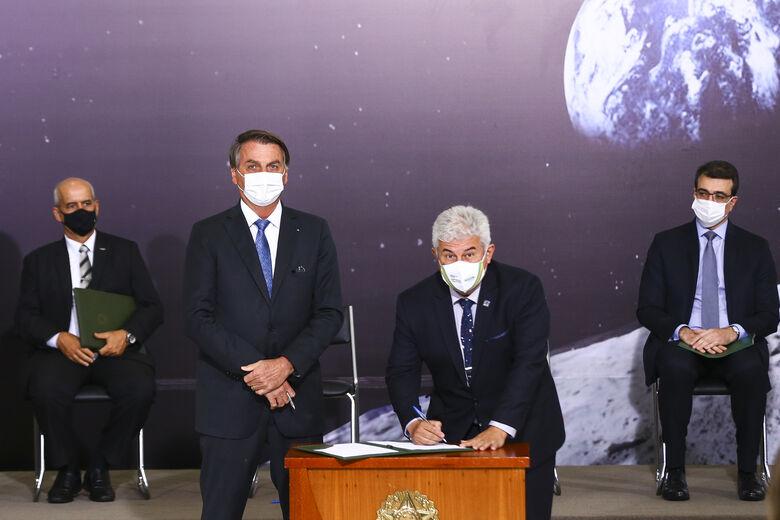 O presidente da República Jair Bolsonaro e o ministro da Ciência, Tecnologia e Inovação Marcos Pontes assinam acordo