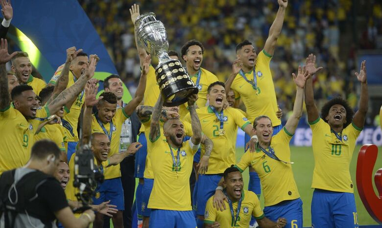 Seleção brasileira segura a taça da Copa América 2019, conquistada aqui no Brasil