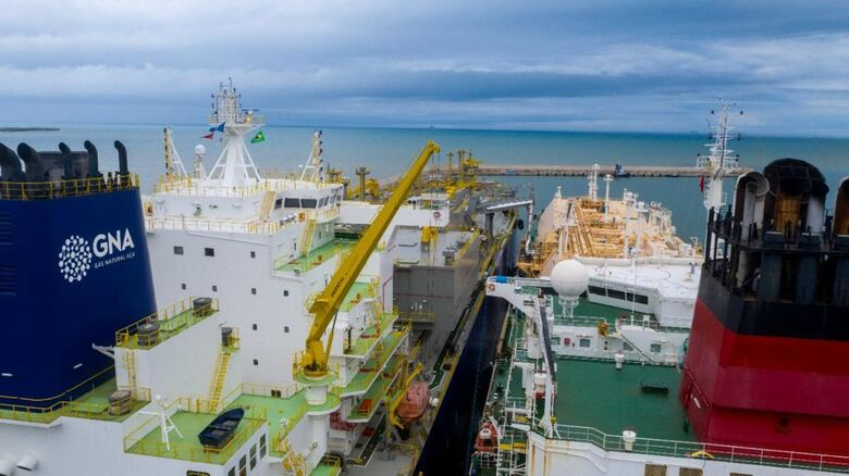 Chegada de carga de gás ao terminal de regaseificação do Porto do Açu (RJ)