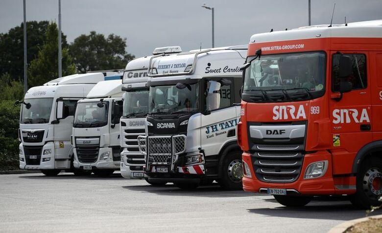 Caminhões parados em estacionamento em Cobham, Grã Bretanha. 31/8/2021