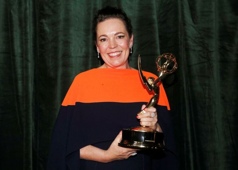 Olivia Colman posa para foto com o Emmy