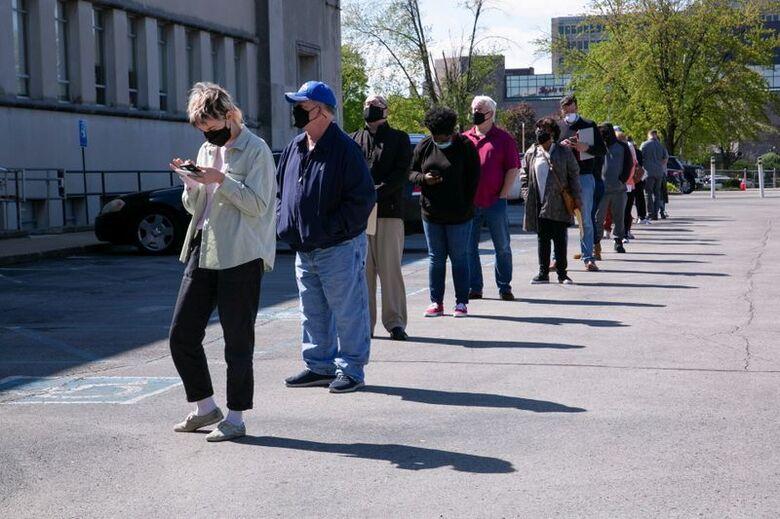 Pessoas fazem filas em centro de carreiras m Kentucky, EUA