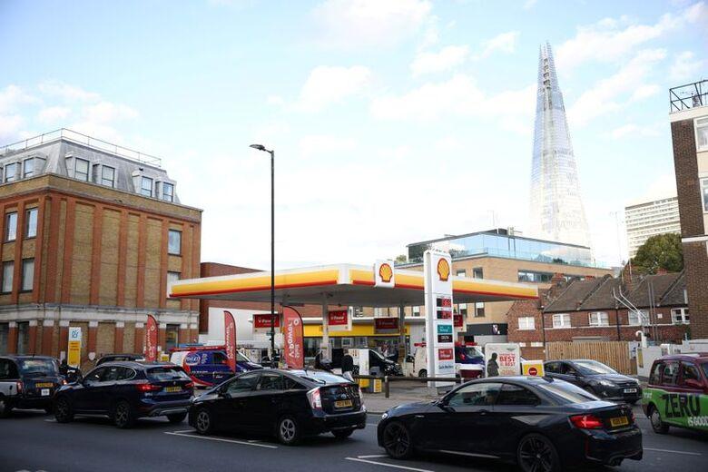 Fila de veículos em posto de combustível em Londres