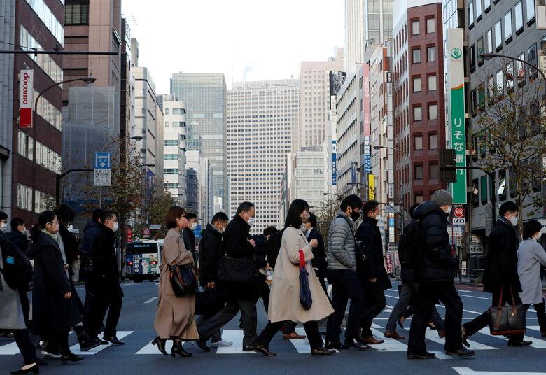 Pedestres em distrito empresarial de Tóquio