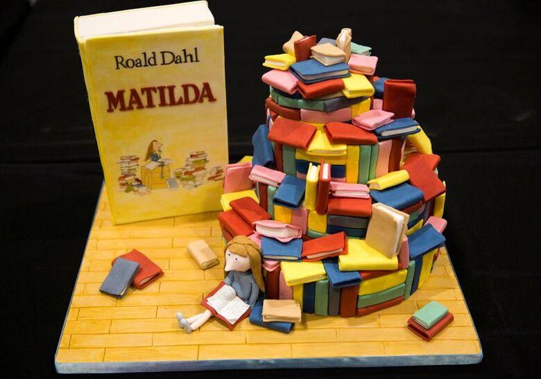 """Bolo com decoração inspirada no livro """"Matilda"""", de Roald Dahl, em Londres"""