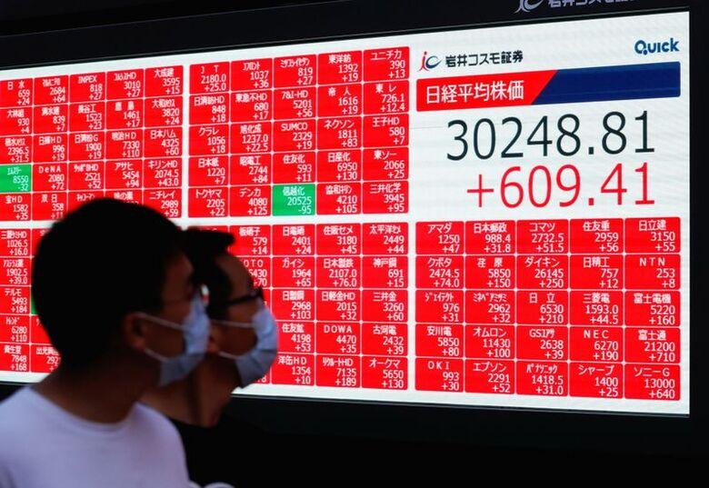 Reuters. Painel eletrônico com dados do índice Nikkei em Tóquio, 24/09/2021.