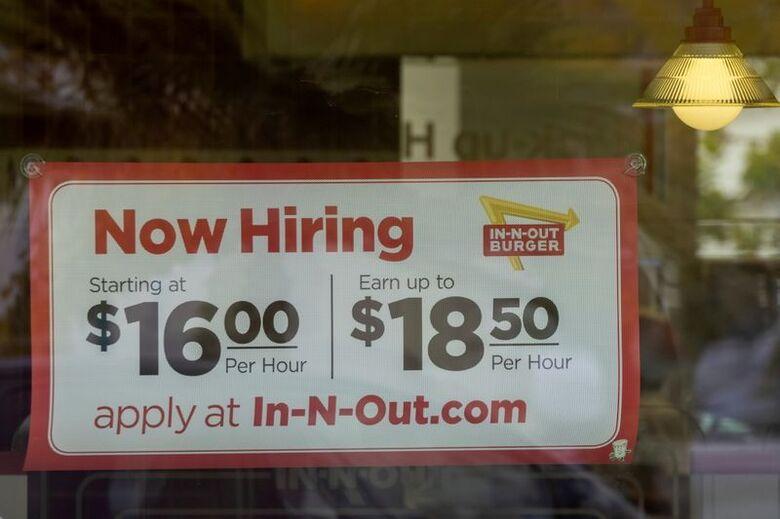 Aviso de contratação do In-N-Out Burger em Encinitas, Califórnia, EUA